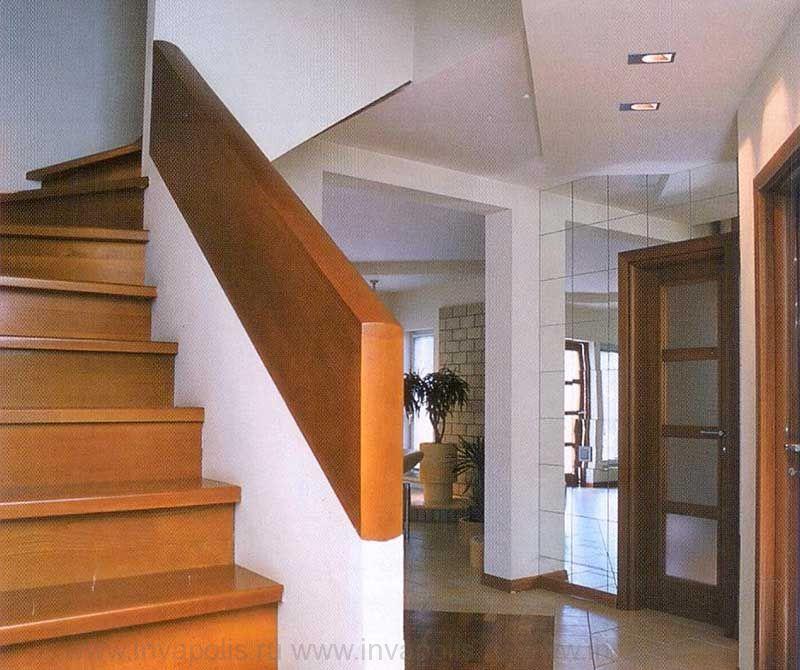 Деревянная лестница в проекте интерьеров коттеджа КАНАДСКИЙ