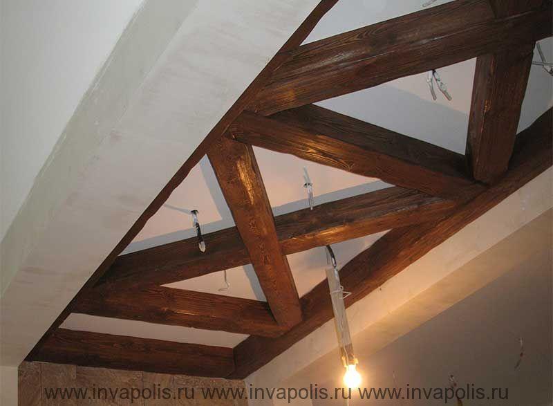 Деревянный пергольный потолок над камином для встраивания освещения в проекте интерьеров дома НА НОВОРИЖСКОМ