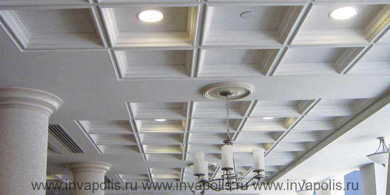 Сборый кессонированный потолок в интерьерах коттеджа на РУБЛЕВКЕ