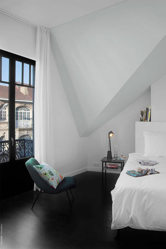 В пазухах мансардной кровли этого дома образовались уютные уголки романтической спальни