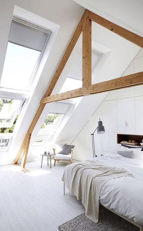 Свет в эту спальню в мансарде попадает прямо с неба, а не через стены!