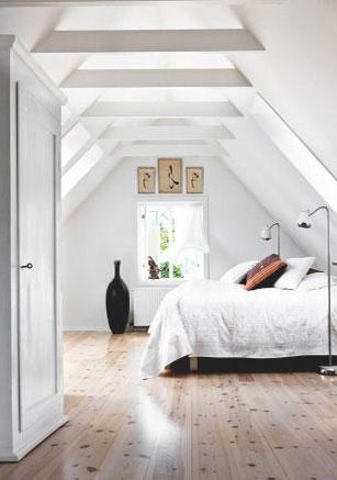 Затяжки стропил мансарды придают перспективную глубину пространству спальни