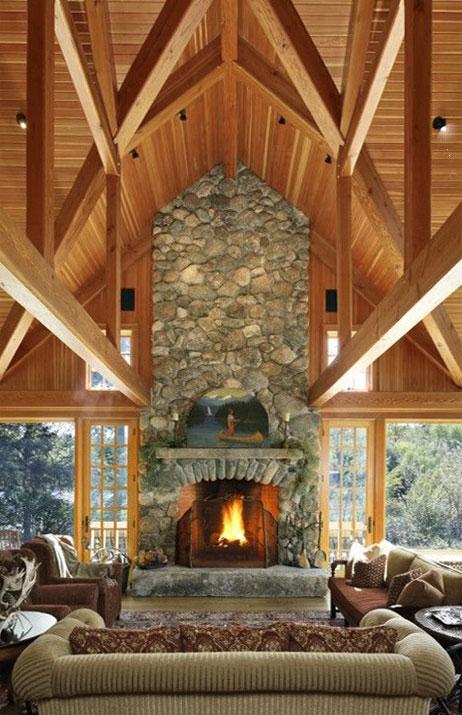 Гостиная головокружительной высоты с мансардным потолком и необыкновенной конструкцией балок