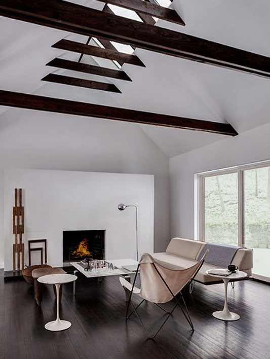 Минималистичный интерьер в черно-белой гамме. Комната отдыха в мансарде. Свет и воздух. Гармония