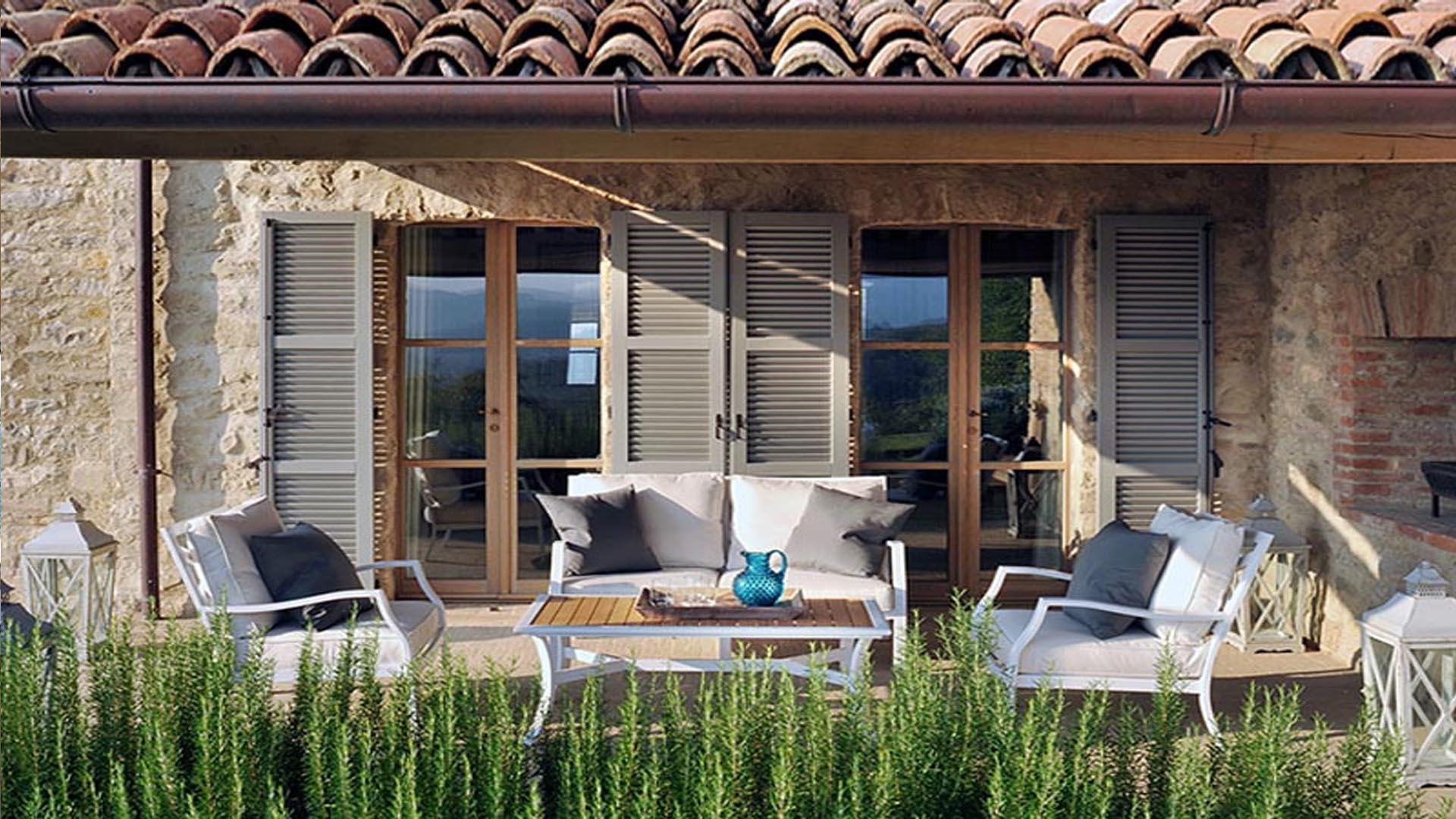 Итальянские одноэтажные домики по периметру полностью окружены тенистыми террасами и навесами