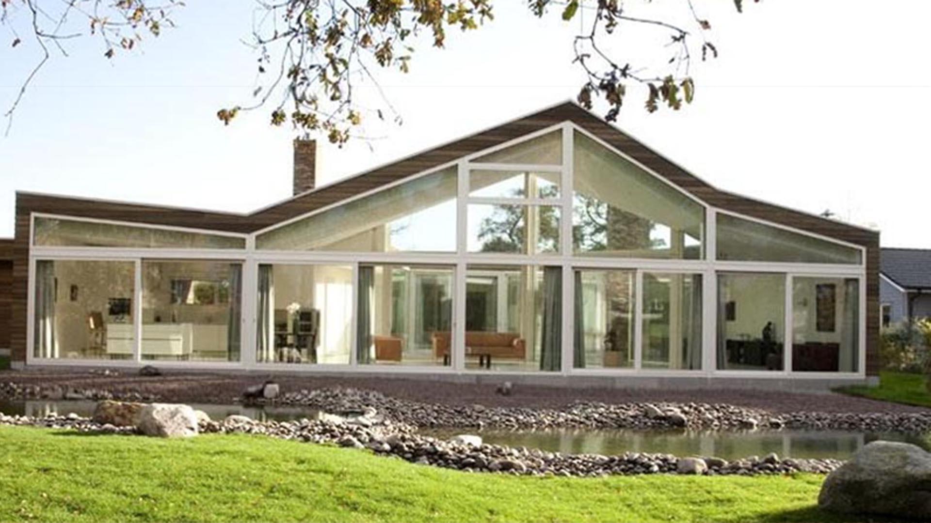 Фасад этого голландского одноэтажного дома запроектирован полностью стеклянным